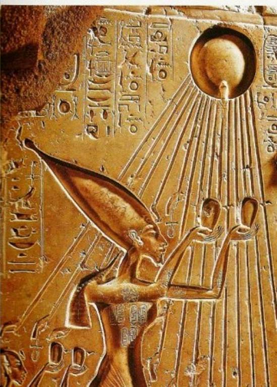 Pharaonic fresco on which we can clearly see Akhenaten as the priest par excellence, the only who leads the divine cult. The divinity is not anymore represented under a human form (image, statue, etc.), but under the form of divine light that springs out from the star and that lays upon the king