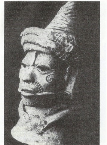 Black head from ancient America. Recognizable by its forwarded jaw (prognathism). Maybe mixed with Asian (native American). One can notice the scarifications common to African people. One can also notice the conical hat the Mandingo and Native Americans use. This sculpture is therefore a Mandingo representation. Source: They came before Columbus, Ivan Van Sertima, page 138