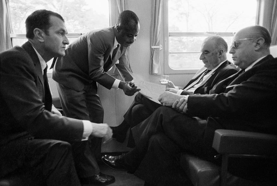Amadou Ahidjo en 1971 avec à gauche Yvon Bourges, ministres français des Affaires étrangères. A droite le président français Georges Pompidou et Jacques Foccart, le père de la Francafrique. La soumission de celui qui est pourtant président du Cameroun depuis 11 ans se lit parfaitement sur cette image