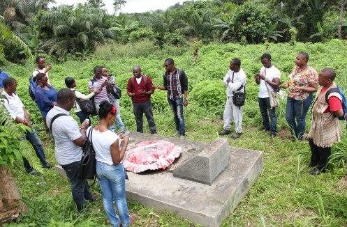 La tombe d'Um Nyobe La banalité de la sépulture contraste de manière ahurissante avec la grandeur l'homme