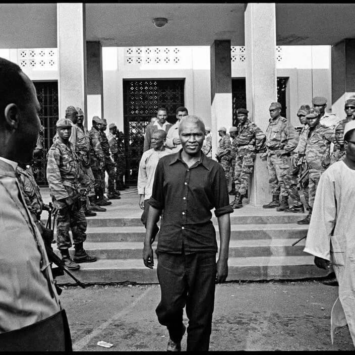 Ernest Ouandié s'avancant vers sa mort le 15 Janvier 1971. Quelques minutes après la prise de cette photographie, il fut fusillé. Le Kamerun est mort avec lui.