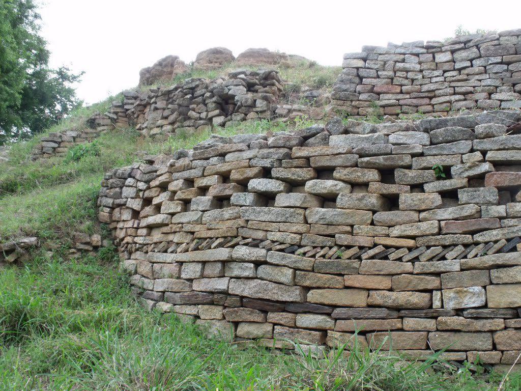 Dhlo Dhlo Les ruines se comptent par centaines sur des kilomètres